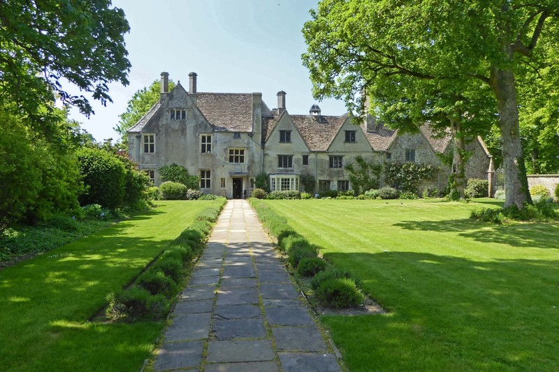 The front of Avebury Manor from the gate