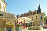 Fountain and cafés on rue Gambetta near the Tourist Office