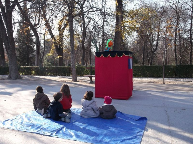Children watch the show, Retiro Park. - Madrid