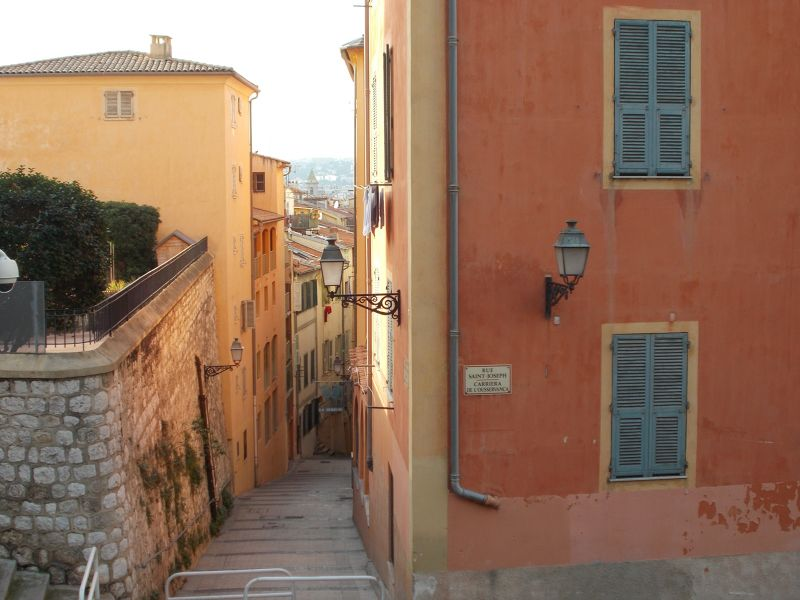 Narrow winding streets in the old town. - Nice