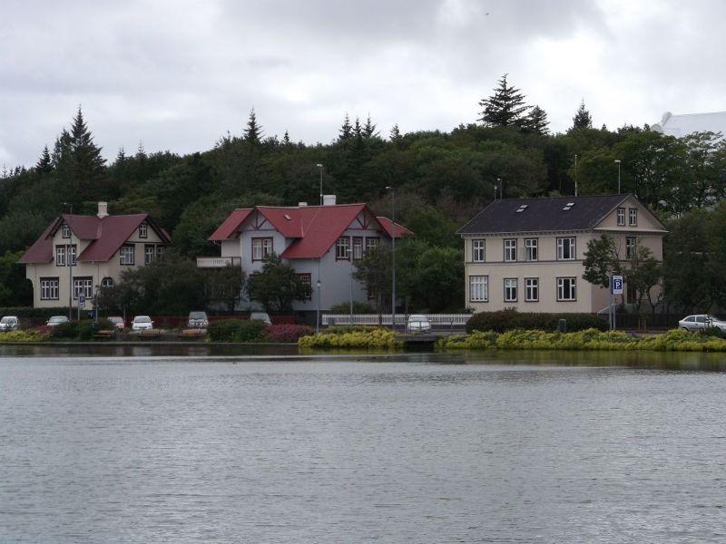 Houses on the lake. - Reykjavík