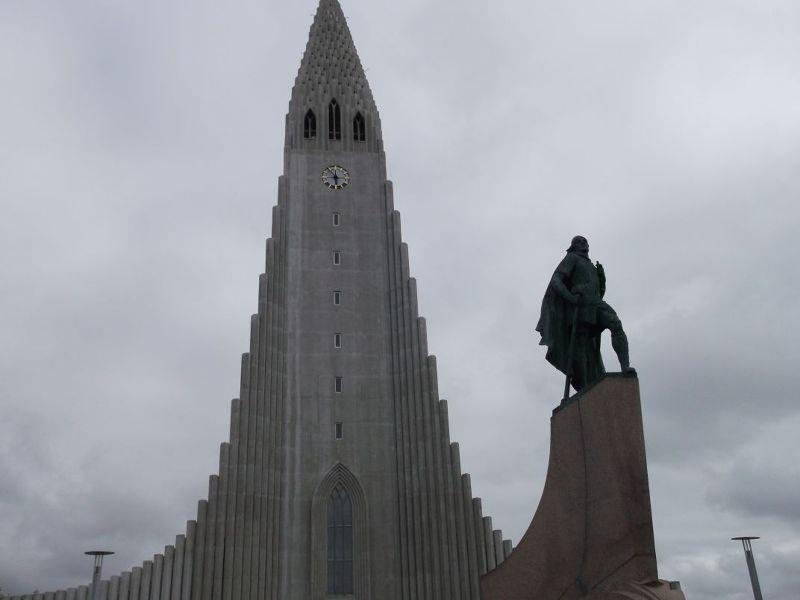 Hallgrimskirkja and Leif Eiriksson statue - Reykjavík