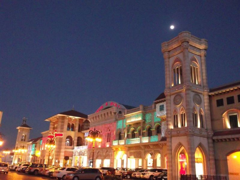 large_6472621-The_mall_at_night_Dubai.jpg