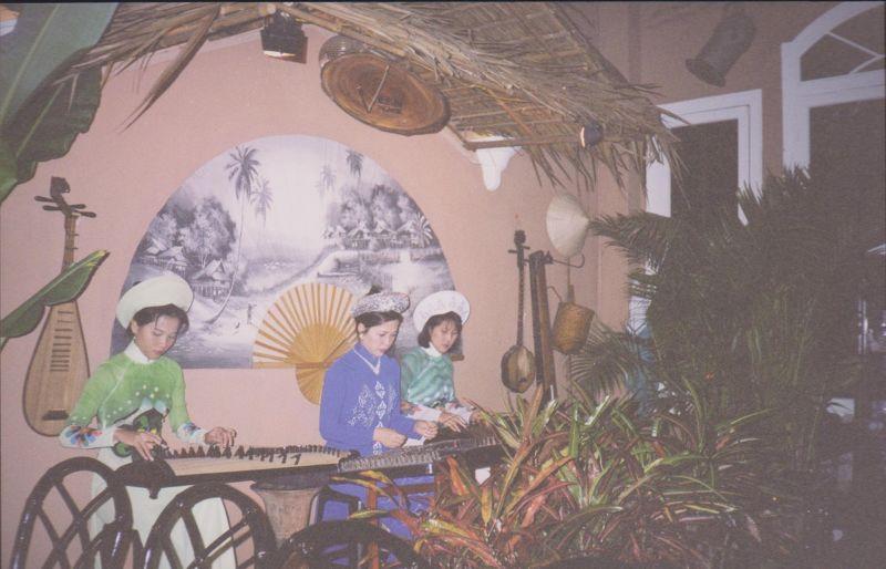 large_6751260-Restaurant_musicians_Ho_Chi_Minh_City.jpg