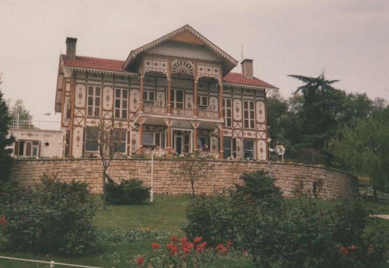 large_7189372-Pavillion_in_Emirgan_Park_Istanbul.jpg
