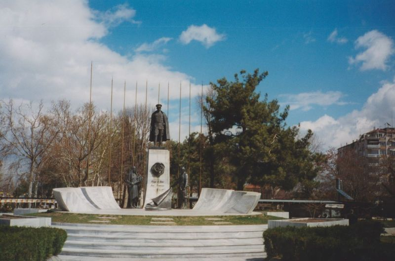 large_7191560-Atatuerk_Monument_With_Roses.jpg