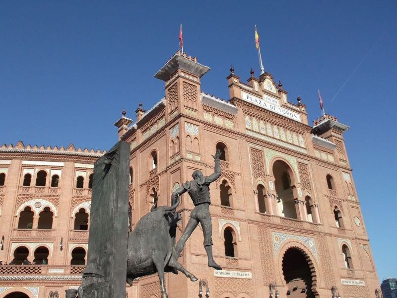 Bull fighting statue and stadium. - Madrid