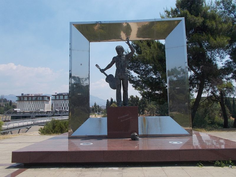 large_7444101-Vladimir_Vysotsky_Monument.jpg