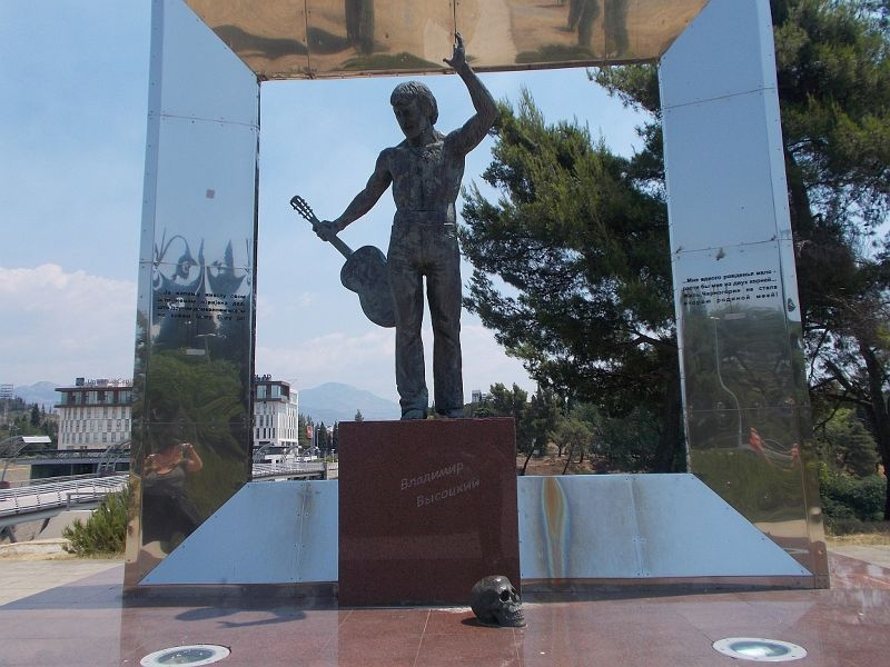 large_7444102-Vladimir_Vysotsky_Monument.jpg