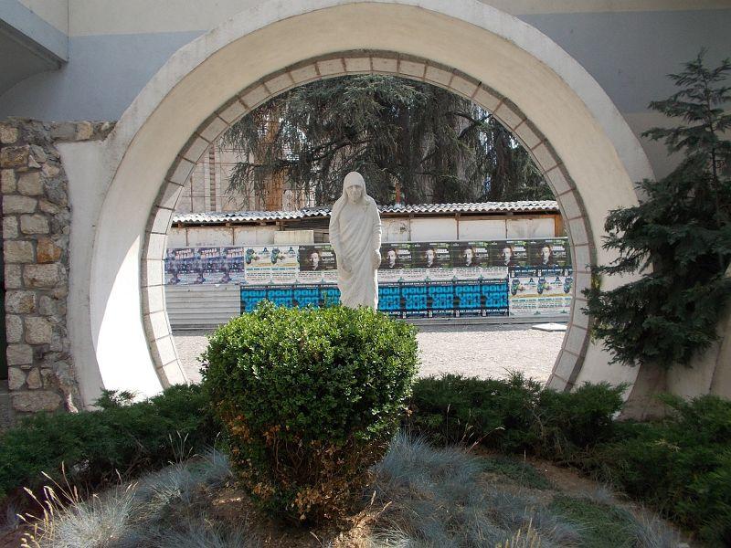 large_7449647-Statue_Of_Mother_Teresa.jpg