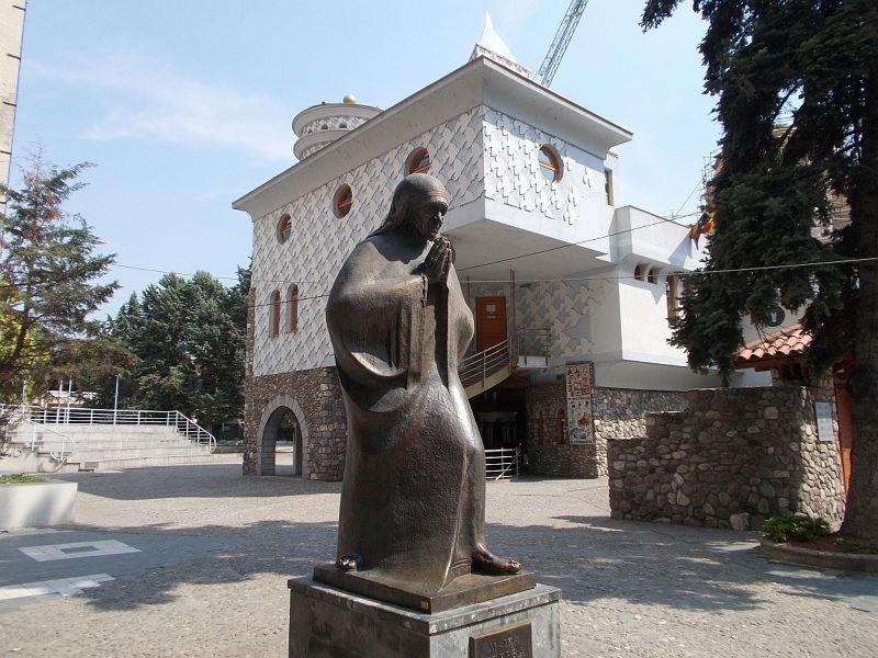 large_7449649-Statue_Of_Mother_Teresa.jpg