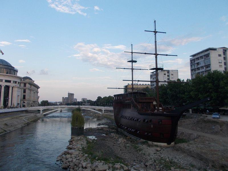 large_7449688-The_Vardar_River_Skopje.jpg