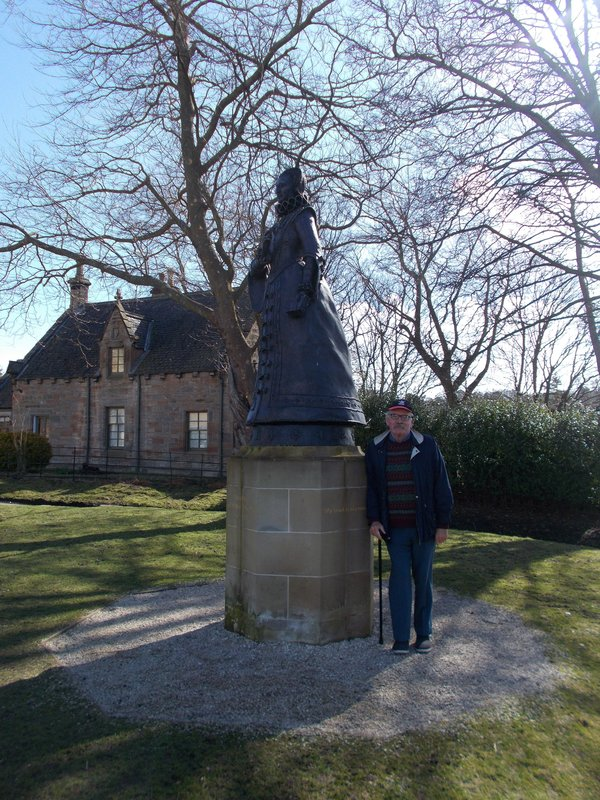 Statue of Mary Queen of Scots outside the palace.