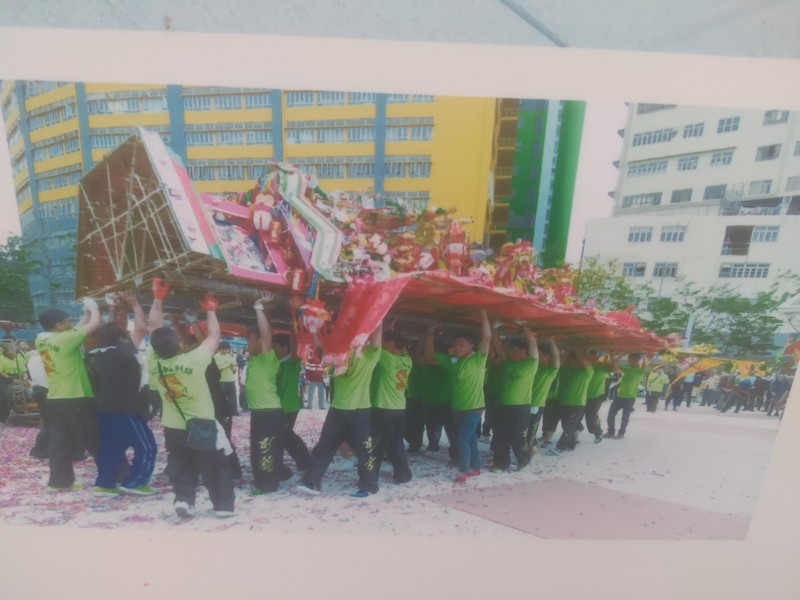 Photo of villagers carrying away a Fa Pau they have won.