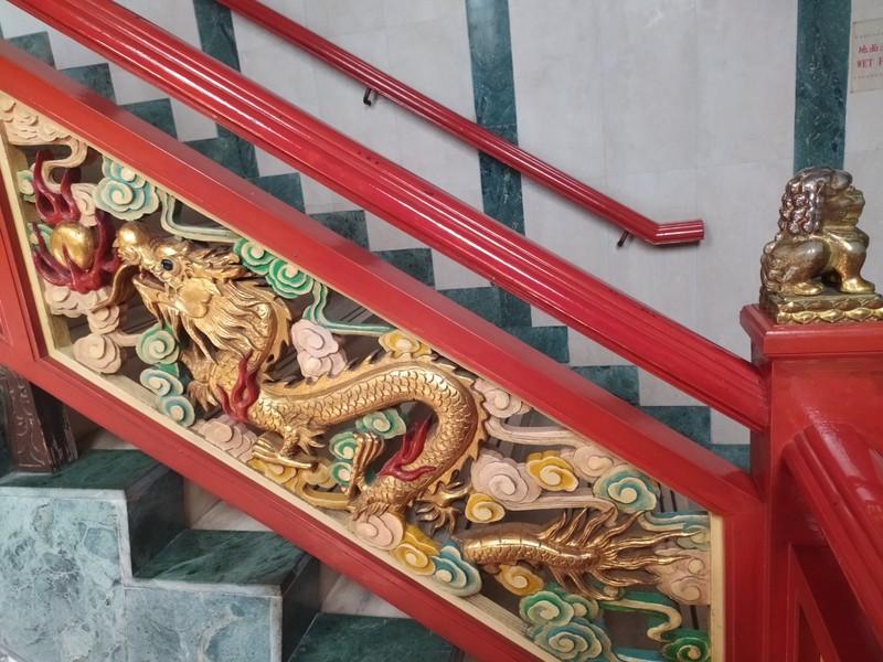 Dragon Staircase inside Ten Thousand Buddhas Hall.