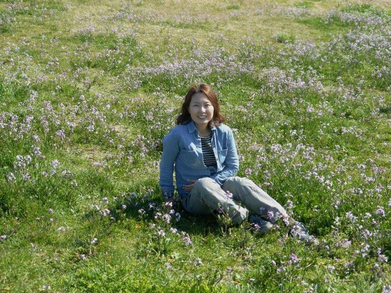 Shin amid blue flowers