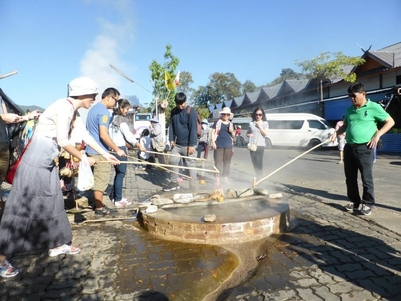 cooking eggs in the hot spring