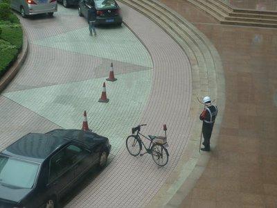 rendőr az érdekes alakú bottal, a kitudja miért