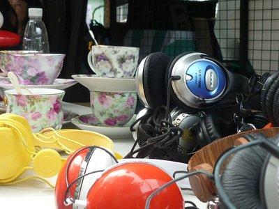 kínai csendélet: teáskészlet és fülhallgatók
