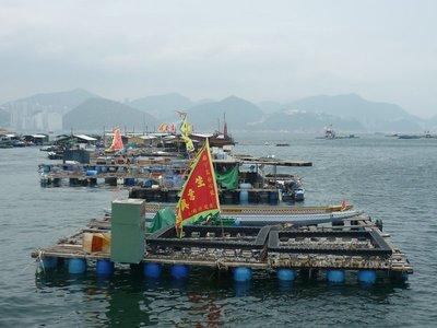ilyen hordó-sziget tákolmányokról halásznak valamiket