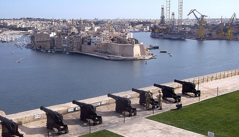 they overlook the saluting battery