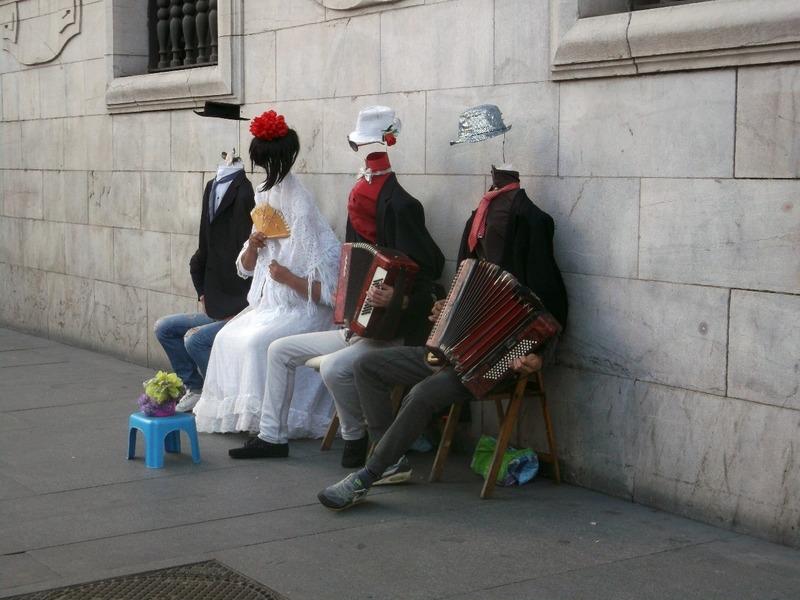 Headless street accordion players
