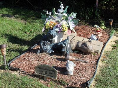 7204568-Grave_which_is_decorated_Lewes.jpg