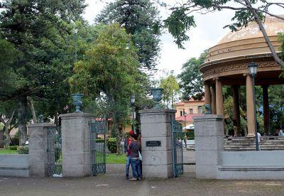 entrance gates Parque Morazán from the bus