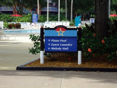 Sign pointing to the Piano Pool