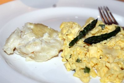 Breakfast Oct 26 - scrambled eggs with asparagus and creamed potatoes