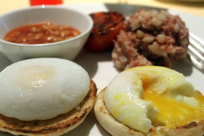 poached egge, corned beef hash, baked beans and grilled tomato