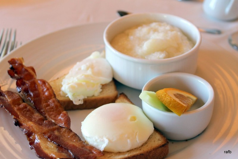 Poached eggs, bacon and grits