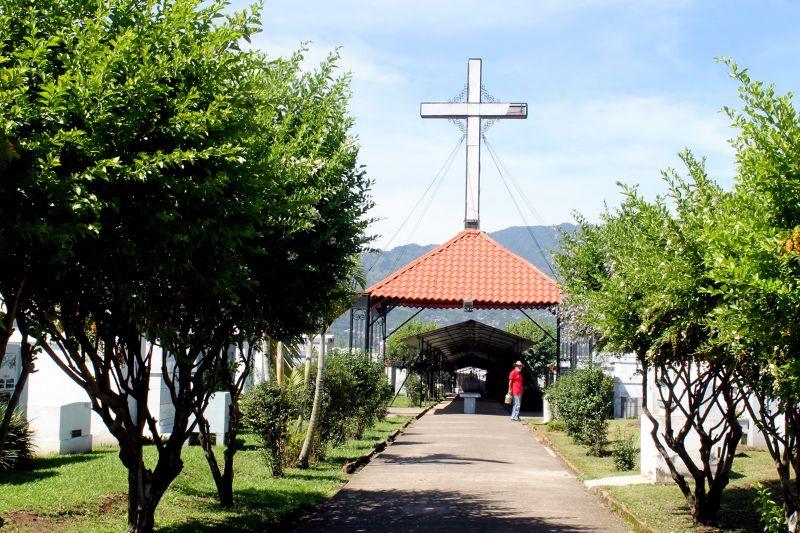 Main path inside the cemetery