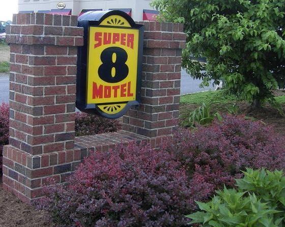 Super 8 sign