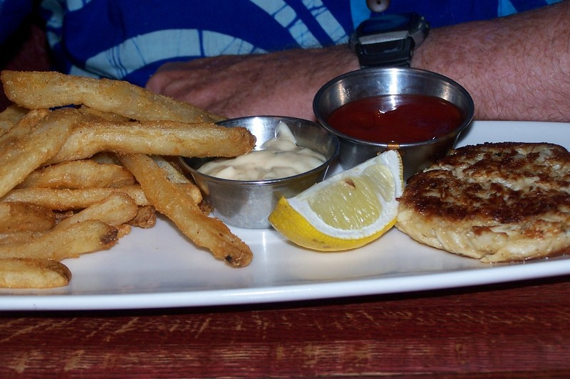 Crabcake and fries appetizer