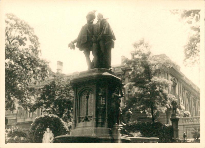2 Counts Egmont and Hornes - in Petit Sablou Square