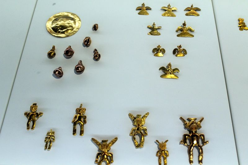 Small realistic gold figures