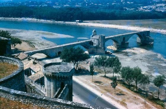 Sur le pont d'Avignon, L'on y danse, l'on y danse,