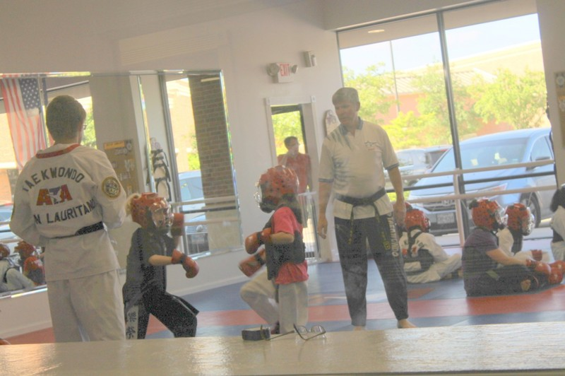 Sparring match with referee awarding points