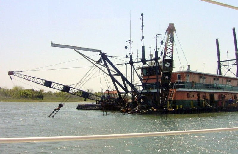 Dredge with daymarks and cables