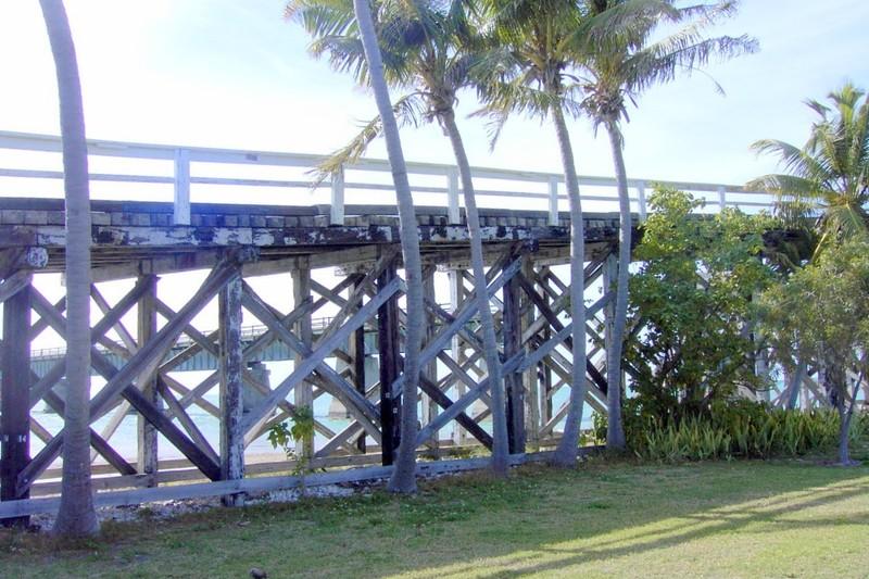 7 mile bridge crosses Pigeon Key