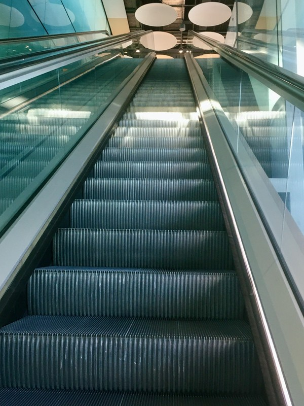 Empty escalator in T5