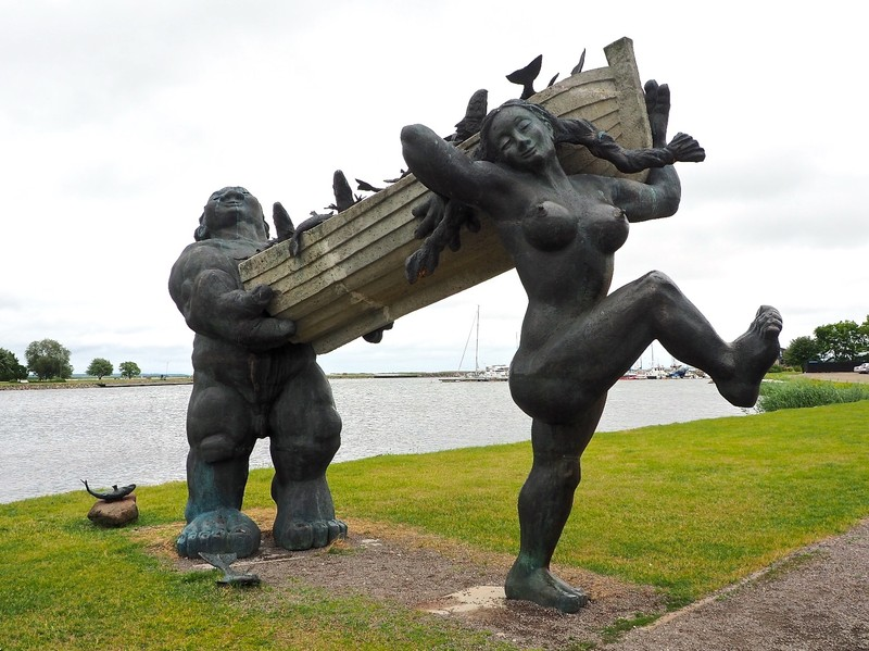 Sculpture of Suur Toll and Piret his wife, the good giants and heroes of Saaremaa