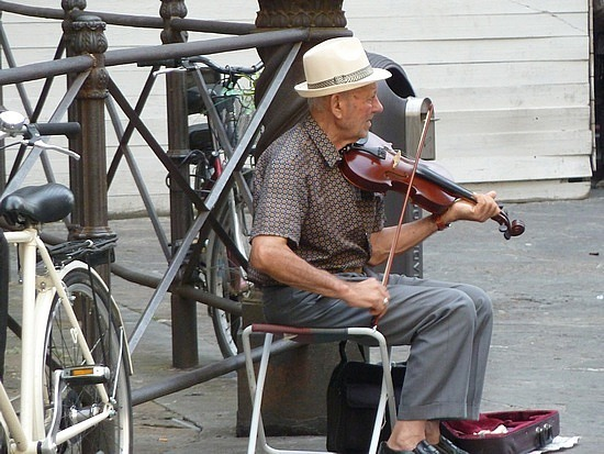 Violinist outside the duomo