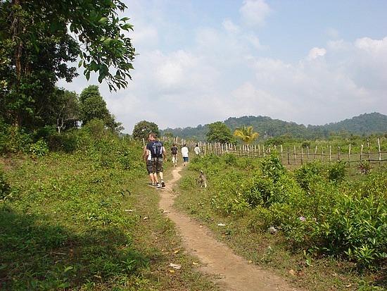 Track to the main beach