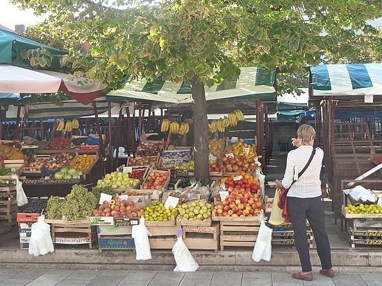 Mum buying peaches