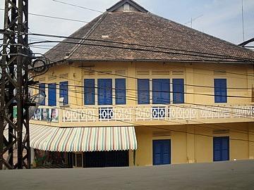 Opposite Geckoes Cafe