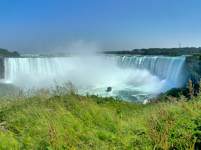 Boat in front of Horseshoe Falls