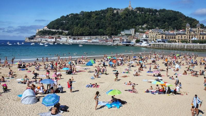 La Concha Beach on a sunny Sunday - San Sebastian