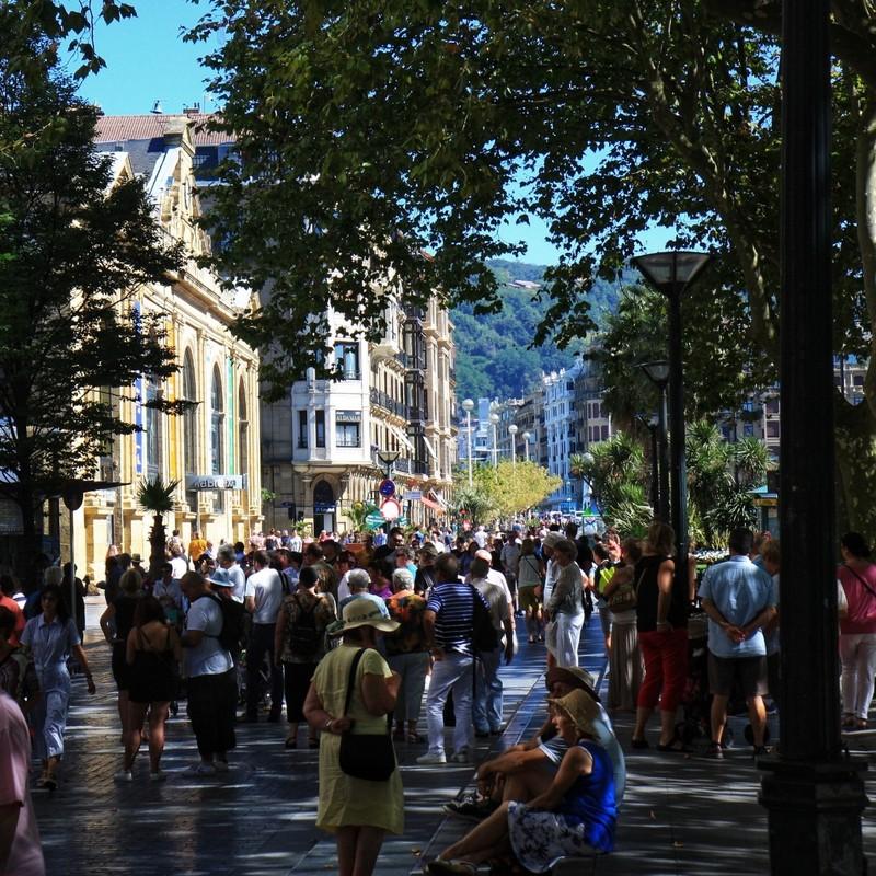 Saturday afternoon crowd enjoying sunny San Sebastian